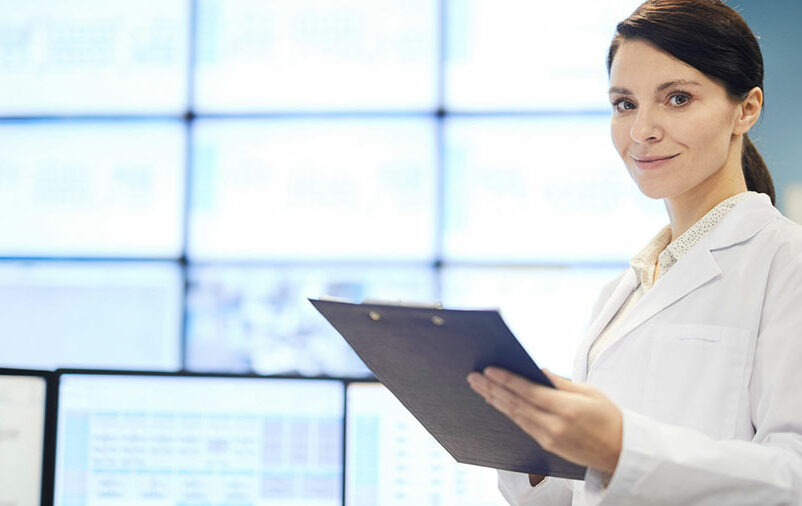 Profissional segura texto de tradução técnica para empresas