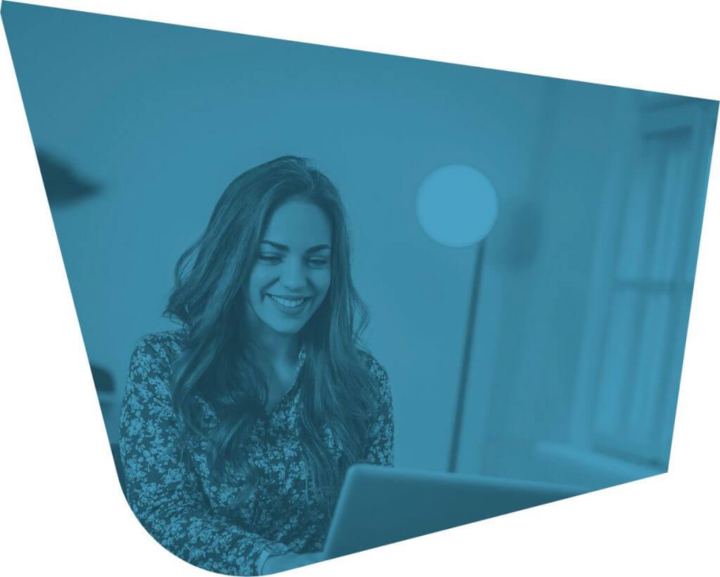 foto azulada de mulher sorrindo diante de notebook