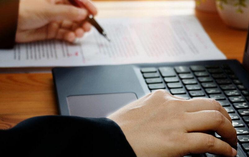 Profissional realiza as etapas da revisão de texto