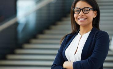 Mulher aprende como identificar um bom tradutor profissional