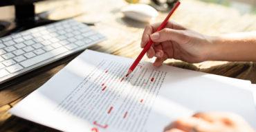 Na imagem vemos um profissional fazendo a revisão de texto traduzido. Veja como funciona!