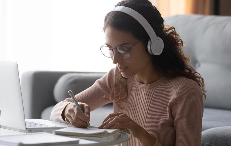 Jovem mulher estudando tradução técnica e juramentada