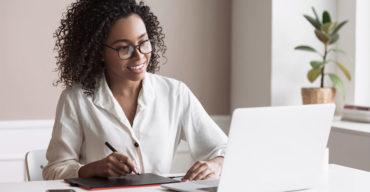 Mulher jovem consulta as fontes de pesquisa do tradutor