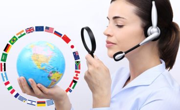mulher com microfone, lupa e o mapa mundi mostrando a rotina do tradutor profissional