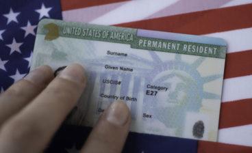 Na imagem vemos uma pessoa que sabe como solicitar green card. Aprenda também!