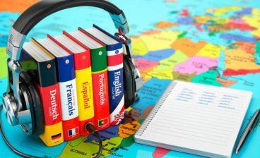 dicionários, fones e caderno são itens de trabalho usados quando contratar um tradutor profissional